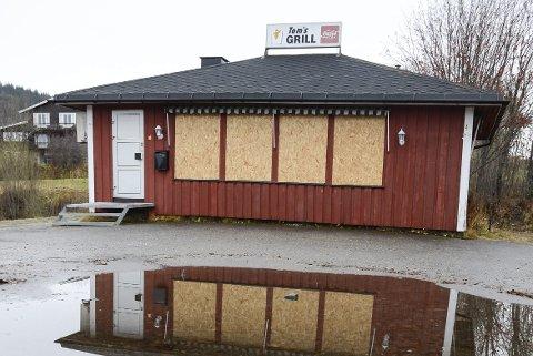 Tom's Grill: Gatekjøkkenrestauranten har ikke vært i drift etter brannen, og nylig ble bygget og eiendommen kjøpt av Rana kommune. Foto: Arne Forbord