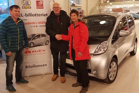 Ronald Guttormsen (t.v), Bjørn Selfors og Rita Langset som vant førstepremien, en Mitsubishi MiEV, som ble levert av Bilalliansen.