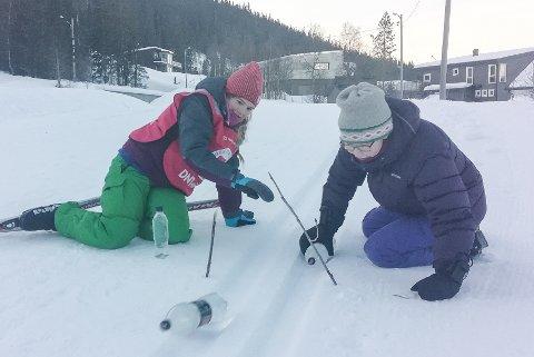 Tomflasker er fine med til å bruke til en akekonkurranse i harde skispor. Her leker Katrine Johansen Skevik og Ida Urvik seg.