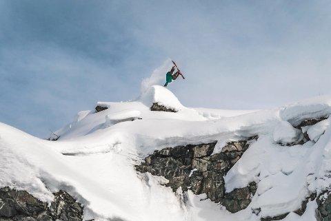 Fossheim vant Årets Bilde under Snowboardawards 2018 med dette bildet av broren Emil Fossheim som gjør en millerflip.