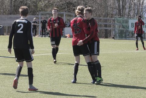 Åga-spillerne jubler etter 3-1-seier mot Landsås. For klubben er det et meget kostbart avansement.