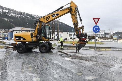 Sørlandsveien stenges nå i tre uker for anleggsfolkene fra Øijord & Aanes Entreprenørforretning skal fikes gata etter gravearbeidene i vinter.