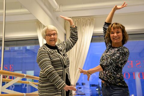 Marit Lantz (72) og dansepedagog Birgit Scherer i dans for pensjonister på Kraft Dansestudio.