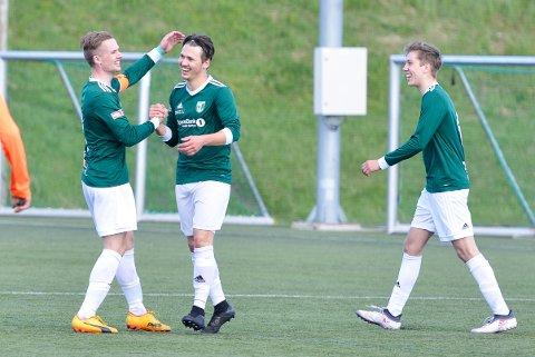 Kaptein Hogne Andreas Vangen gratulerer Truls Andal Lillebø som satte inn 4-2 på overtid på et meget godt langskudd.