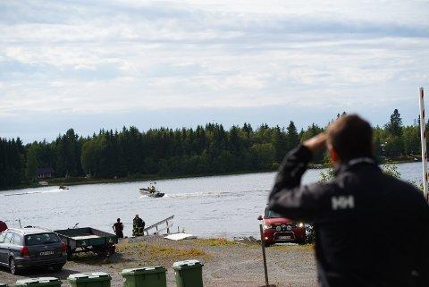 Redningstjenesten kommer inn med båt og vrakdeler til havna i nærheten av ulykkesplassen ved Storsandskär, Umeelva utenfor Umeå der et mindre fly med ni personer krasjet.  Foto: Samuel Pettersson / TT / NTB scanpix