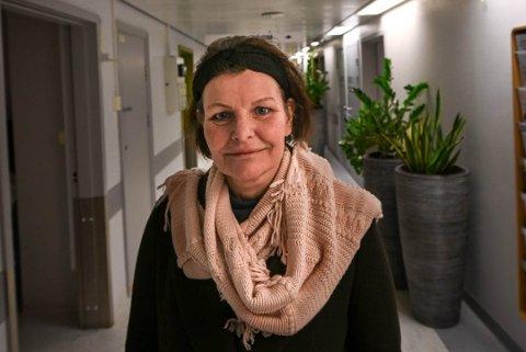 Karen Hagland på Kreftpoliklinikken ved Helgelandssykehuset Mo i Rana. Hun ser fram til å kunne ta cellegiftbehandling med kjølehette hjemme lokalt.