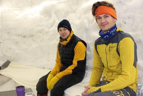 FORNØYD: Andreas Iversen (22) og Aksel Samuelsberg (21) er fornøyd med snøhulen som er litt utenom det vanlige.