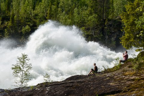 Det er godt og varmt i Rana, men slett ikke varmest på Helgeland. Her nyter noen varmen til en fotoseanse nært de sprutende vannmassene til Reinforsen i Ranelva.