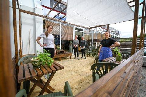 Bruktbutikken Askeladden har ikke bare egen kafé og scene, men nå også uteservering og skjenkebevilling. Fra venstre: Victoria Martin, Sissel Åvitsland, Grete Lian og Mia Bentzen.