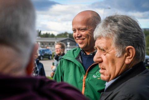 SP Senterpartiet med stand utenfor OBS med Trygve Magnus Slagsvold Vedum.