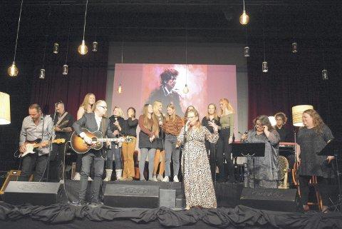 Saved: Den store fiunalen: Hele ensemblet på scenen med en swingende versjon av Saved, som ga stående trampeklapp fra publikum. Foto: Ivar Bae