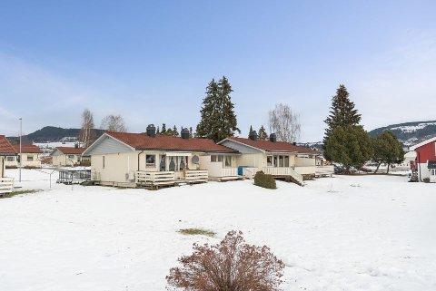 TIL SALGS: Dette rekkehuset i Rudsenga i Brumunddal er til salgs for under 1 million kroner.