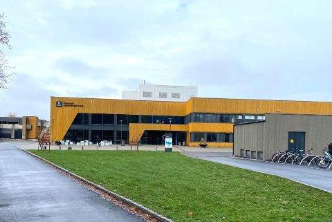 En klasse sendt hjem: Koronasmitte hos en elev på Ringsaker Videregående skole førte til at en skoleklasse ble sendt hjem torsdag.