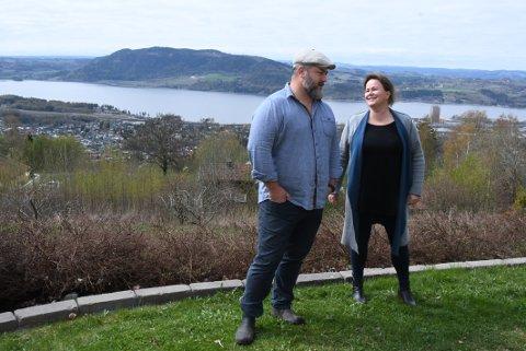 VIL BYGGE: Anders Svalestad og Elisabeth Nord sitter på en 37 dekar stor tomt i Spikdalsvegen. Nå ønsker de seg nye og flere naboer.
