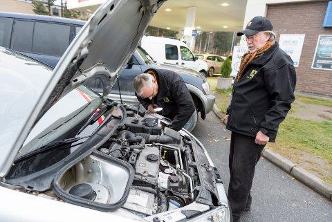 Svein Gundersen og Tore Syse fra NAF avdeling Ringerike skiftet lyspærer på bilene som ble stoppet på Biltilsynets kontroll på E16. Torsdag skiftet de 31 stykker, og etter halvannen time fredag hadde fem vært innom.