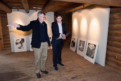Det er begrenset antall plasser til foredraget med Per Spook, som her er sammen med Thomas Klevjer i galleriet.