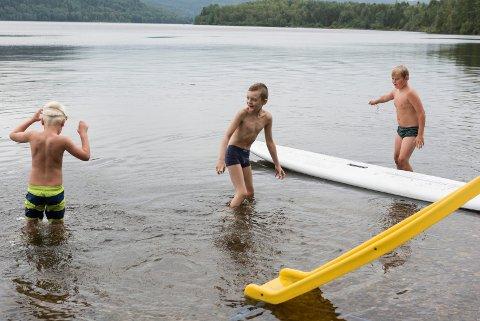 I går ble barna på Aktiv sommer tatt med på grilling, kanopadling og bading ved Sperillen. Her ser du Vegard Strand (7), Jakob Kmita (8) og Gabriel Eide Engen (8).