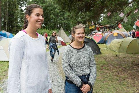 Ragnhild Lilleeng og Marit Krogvold Eriksen synes det er flott at AUFs sommerleir nå er tilbake på Utøya. De gleder seg til politiske diskusjoner og fotballkamper. Leiren avsluttes søndag.