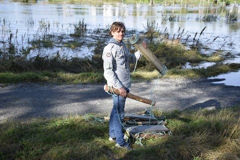 Roveren Trond Anders Nordby viser fram hvert enkelt trinn som skal henges opp på vaieren.