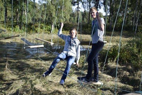 Roverne Trond Anders Nordby og Andreas Røste i Førerpatruljen har påtatt seg arbeid med hengebrua.