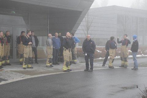 I tåka: Mannskapet i Ringerike Brann- og redningstjeneste og Jevnaker Brann og Redning, måtte på grunn av tett tåke vente forgjeves på Herculesflyet tirsdag.