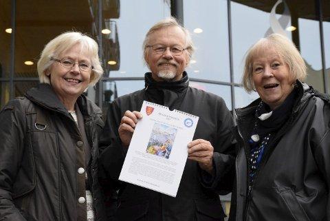 Kalendermakere: Margit Harsson (t.v.), Sten Høyendahl og Bodil Gusgaard presenterer stolt ny kalender for Hole Historielag 2017.