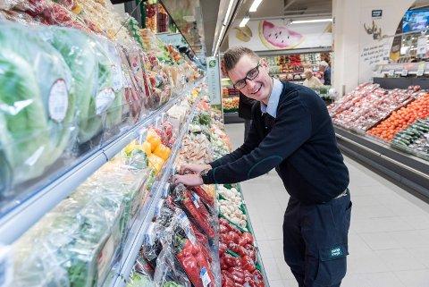 Butikksjef Odd Erling Aasen på Coop Mega beholder dagens åpningstid.