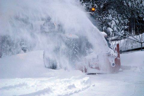 MISFORNØYD: Avisbudet på Sokna håper det skal bli lettere å komme seg fram senere i vinter.