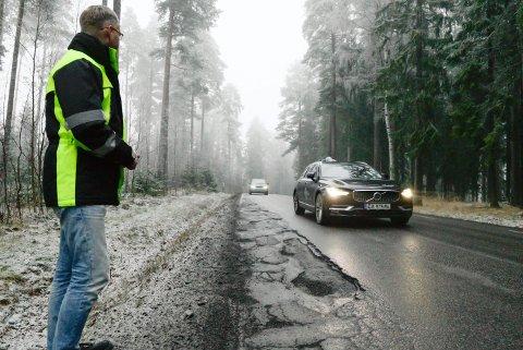Énfeltsvei: – Skadene på veikantene er så store at bilistene presses inn mot midten av veien. Det skaper farlige situasjoner, sier lokalbeboer Per Gundersen.