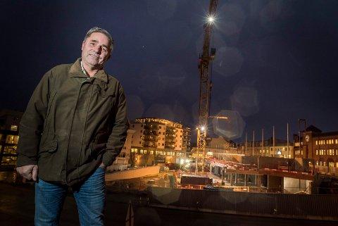 Haakon Tronrud ser at Brutorget vokser dag for dag. Før jul neste år skal bygget stå ferdig.