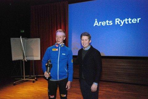 Andreas Leknessund mottar prisen som årets rytter fra leder Tommy Berglind.