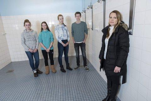 Thea Johnsen, Tonje Sund, Mathilde Stokk og Christian Preston, og FAU leder Stine Jensen håper kommunen finner penger til skillevegger i dusjene som elevene ved Jevnaker skole bruker.