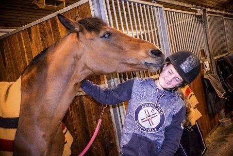 Charlotte Nordrum Didriksen og skøyeren Flying Boy skal delta i Arctic Equestrian Games i Tønsberg neste helg. Charlotte er plukket ut som en av 25 ryttere til å delta i klassen for ponni, kategori 1. Det vil si de største ponniene.