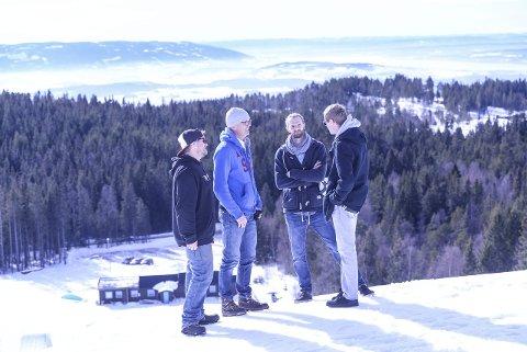 Østerrikerne Martin Rasinger (til høyre) og Stefan Cerwenka fra firmaet BagJump var på befaring i Ringkollen mandag. Østerrikerne var imponert, og mener Ringkollen er en perfekt arena for bygging av en bag jump-bakke.