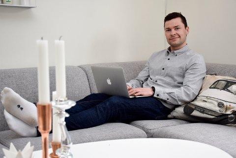 Det blir noen timer med laptopen i blant også. – Det er annerledes å være mye hjemme, men jeg stortrives som småbarnspappa, sier Anders Jacobsen.
