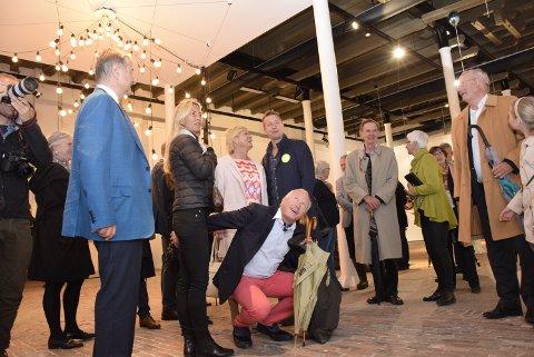 Du verden: Gjestene lot seg forundre, begeistre – og forvirre. Christen Sveaas (t.v.), Lotte Birgitta Inger, Christian Ringnes (på huk), bak han finansminister Siv Jensen og kunstneren Jeppe Hein (midt i bildet).