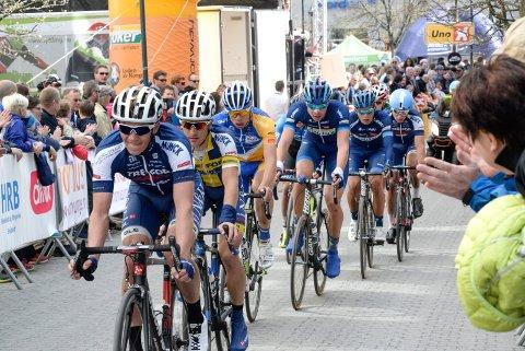 Her passerer tetgruppa Søndre torg under fjorårets Ringerike Grand Prix. I helgen er det klart for ny utgave av sykkelrittet, og lørdag går Sundvolden Grand Prix.