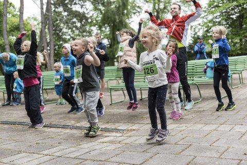Oppvarmingen til Stig «Andy» Kvalheim Rambø er populær hos barna som skal ut og løpe én eller flere runder i Søndre park.