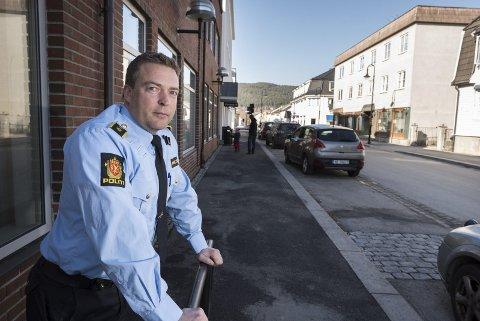 Tommy Lafton ved Nordre Buskerud politidistrikt, er positiv til et spill som får de unge ut i aktivitet.