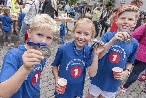 Barneløpet på maratondagen: Albert Wetlesen (7), Nora Strand Søringen (8) og Eirik Strand Søringen (10)