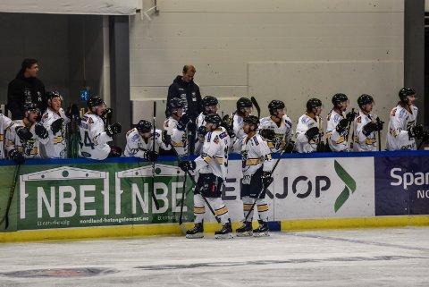 SEIER: Spillerne jubler for scoring. Panthers vant 4-2 over Narvik på bortebane i serieåpningen.