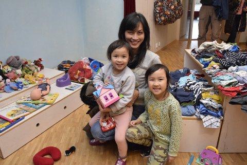 Kikker: - I dag er vi bare ute og kikker. Det går mest i leker og møbler når jeg handler på bruktmarkeder, sier Ines Le. Her er hun sammen med døtrene Olivia Ho (t.v.) og Isabel Ho.