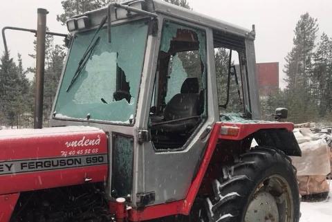 Noen har knust alle rutene på Per Vestbys traktor. Foto: Privat