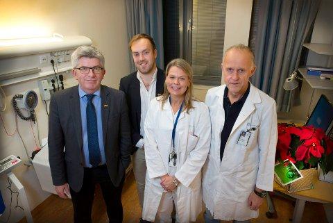 Paal Haakensen og Hallvard Thoresen fra Aka overrakte milliongave til Kristin Reinertsen og Stein Kaasa ved avdeling for kreftbehandling ved Oslo universitetssykehus.