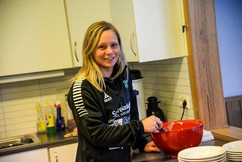 Grøtnisse: Silje Nyhagen med kjøkkentjeneste på HBK-akademiet. Her serveres risengrynsgrøt til barna.