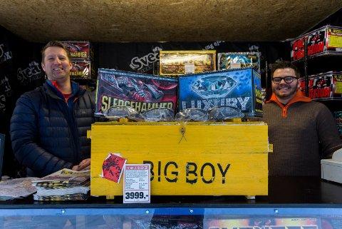VET HVA DE VIL HA: Det er fjerde året Bjarne Bjerkeli og Aleksander Nysveen selger fyrverkeri, og en god del kunder vet hva de vil ha. De to har også produkter for barn.