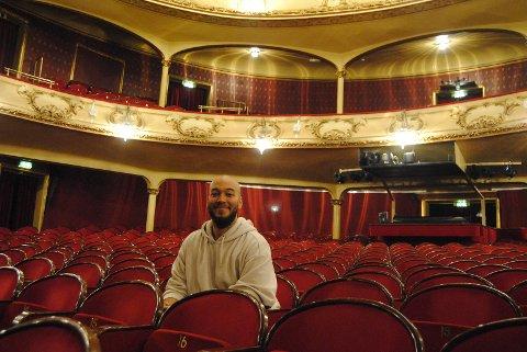 Modou Bah i den røde salen som om få måneder vil være full av publikum- og han vil ha utsikt over.