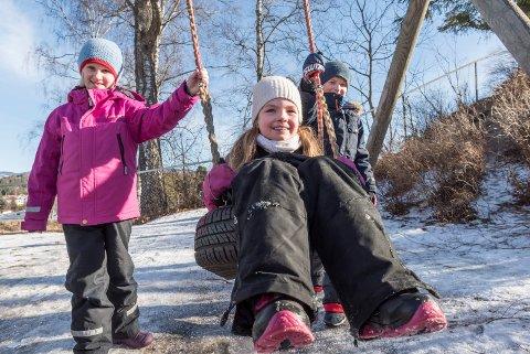 På Eikli skole treffer vi elever som alle gleder seg til vinterferien. Elise (7), Ella (8) og Erik (7) har alle planer for vinterferien.