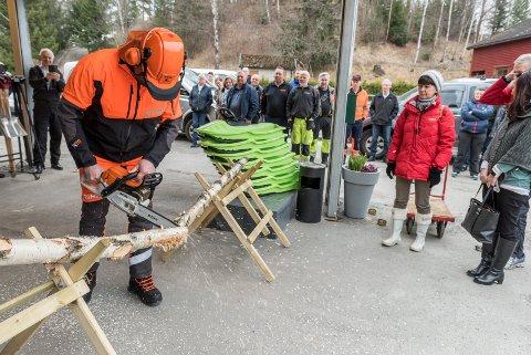 Eilev Mellerud, som er tillitsvalgt i Felleskjøpet og gårdbruker i Hole, kuttet bjørketreet under reåpningen.