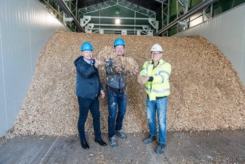 FYRER MED FLIS: Spenncon går over til bioenergi med lokal skogsflis som råstoff. Daglig leder Lars Petter Lund i Spenncon Rail (fra venstre), daglig leder Einar Stuve i Oplandske Bioenergi og innkjøpsleder Magnar Dammen i Spenncon.